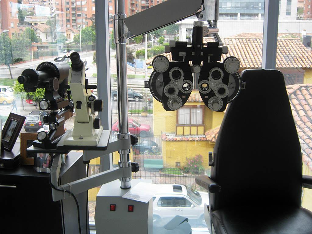 UNIDAD DE REFRACCIÓN COMPLETA: Con Foropter, Lensometro y Keratometro para la determinación de las medidas en curvatura de la córnea, la toma de la agudeza visual, la medida de los anteojos en uso y la prueba del defecto refractivo.